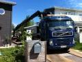 Anläggning i Älta, leverans av jord med hjälp av Lindhs kranbil